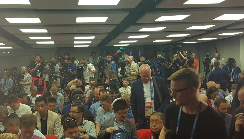 POPULÆRE: Presserommet på Spartak stadion var stappfullt da Island holdt pressekonferanse. Foto: Christian M. Hugsted