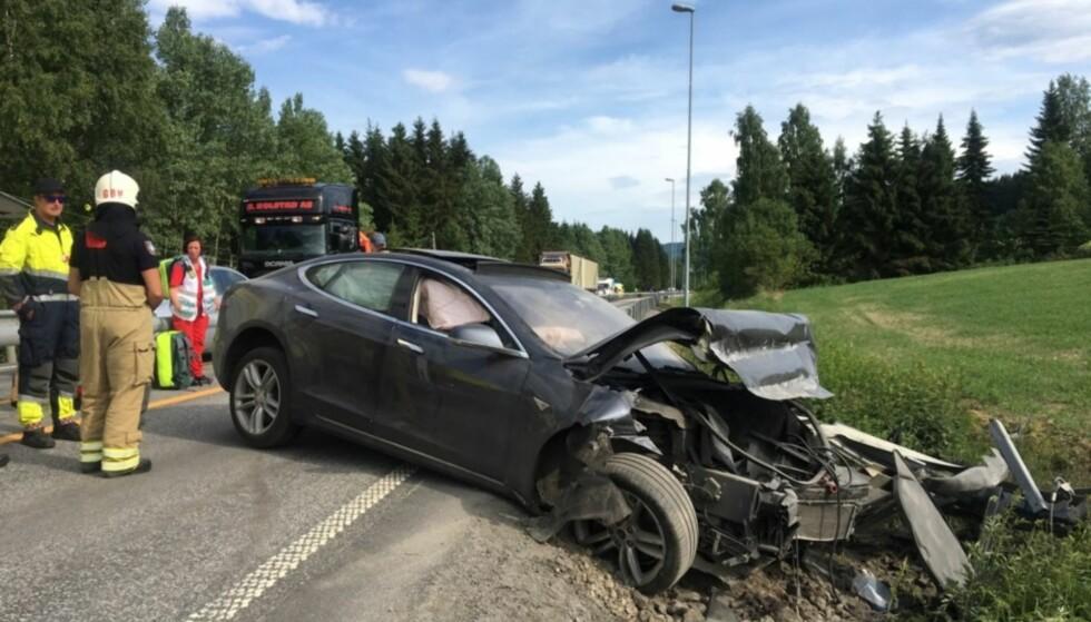 I GRØFTA: Forrige lørdag kjørte denne bilen i Grøfta på E6 ved Biri i Oppland. Heldigvis gikk det bra med sjåføren. Foto: Privat