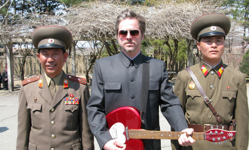 KONTROVERSIELL: Kunstner Morten Traavik sammen med to offiserer i grensestyrken til Nord-Korea, under en av hans mange turer til diktaturet. Foto: Privat