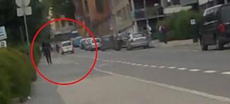 Plutselig svinger varebilen inn rett foran syklisten