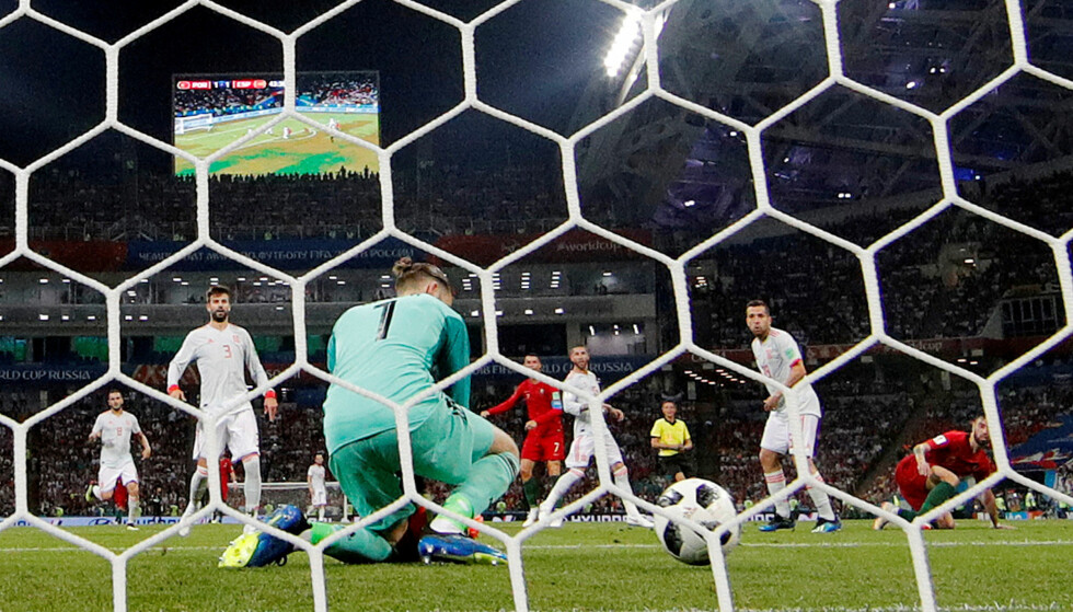 TABBEN: Cristiano Ronaldos skudd så ut til å være «keepermat» for David De Gea. Så tabbet den spanske keeperen seg ut. Foto: Reuters/Murad Sezer