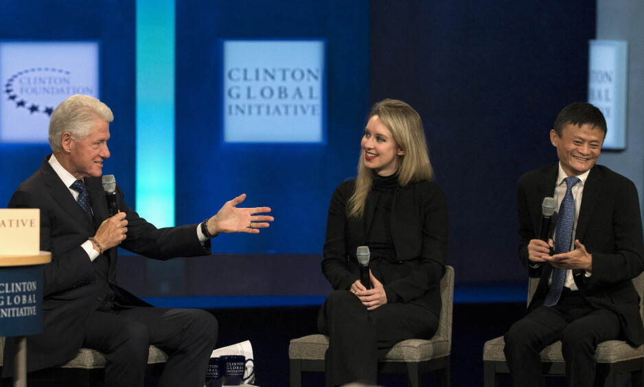 VERDENS YNGSTE DOLLARMILLIARDÆR: Elizabeth Holmes ble USAs yngste kvinnelige dollarmilliardær i 2014, og ble hyllet som en ny Steve Jobs. I 2015 begynte den dramatiske nedturen. Her deler hun scenen med USAs tidligere president Bill Clinton og en av verdens rikeste menn, kineseren Jack Ma, under et arrangement i regi av Clinton Foundation i 2015. Foto: Reuters / NTB Scanpix