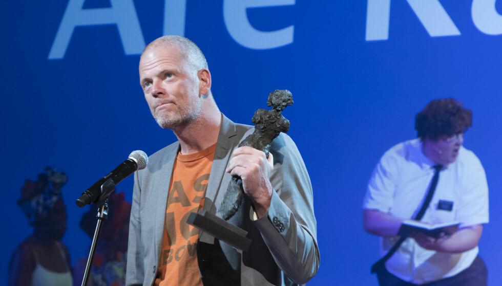 FIKK PRIS: Are Kalvø med Heddaprisen for beste scenetekst under Heddaprisutdelingen søndag. Foto: Terje Pedersen / NTB scanpix