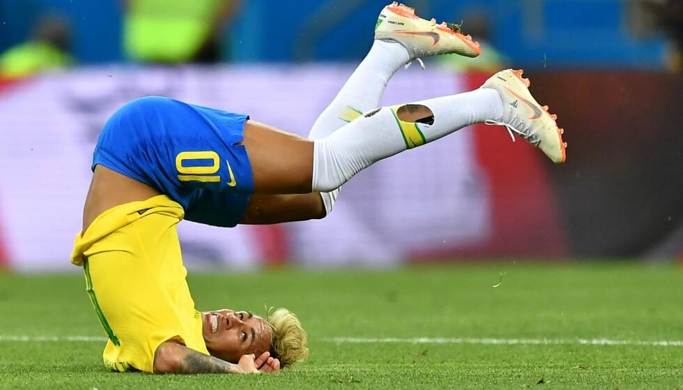 TEATRALSK: Neymar kritiseres for å overspille i flere situasjoner i kampen mot Sveits. Foto: AFP / Joe Klamar