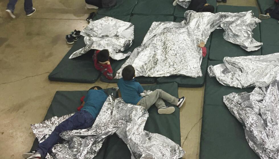 BARN: Barna er plassert i egne interneringsleirer, noe Trumps administrasjon høster krass kritikk for. Dette bildet er fra et interneringssenter i McAllen i Texas. Foto: U.S. Customs and Border Protection's Rio Grande Valley Sector via AP / NTB scanpix