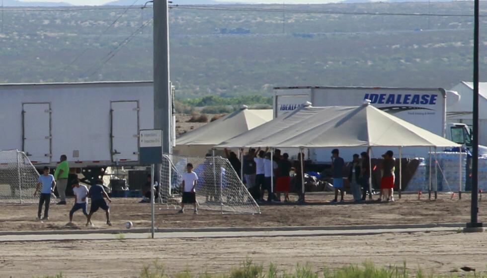 BARNELEIR: Over 3000 barn, de fleste under ti år, er denne våren internert og skilt fra sine foreldre på grensen i USA. Her spiller noen eldre gutter fotball i en leir i Brownsville, Texas. Foto: Jose Luiz Gonzales / Reuters