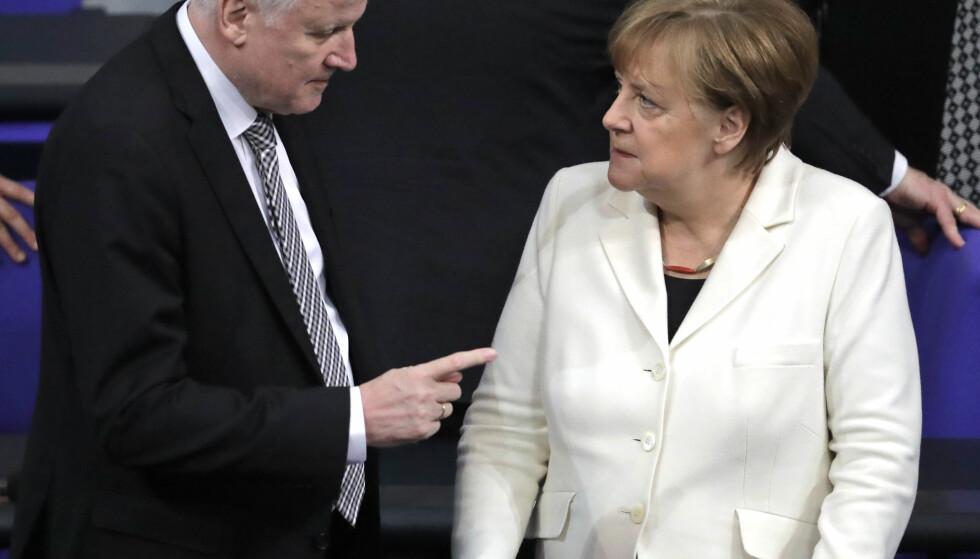 HUND OG KATT: CSU-formann og innenriksminister Horst Seehofer ligger i åpen krig mot forbundskansler og CDU-leder Angela Merkel. Stadig flere observatører mener at koalisjonen er i ferd med å sprekke. Foto: Markus Schreiber/AP