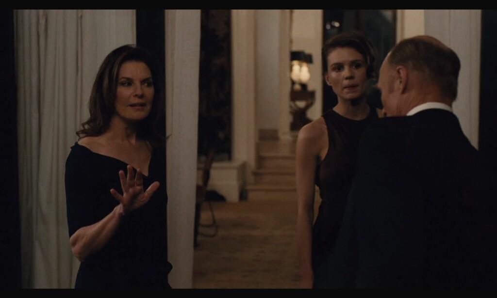 Noen andre som tenker at Sela Ward, som spiller Juliet, ikke ser en dag eldre ut siden nittitallet da hun spilte den døde kona til Harrison Ford i «Jaget»? Hehe, nittitallet og deres progressive kvinneroller, ass. Foto: HBO