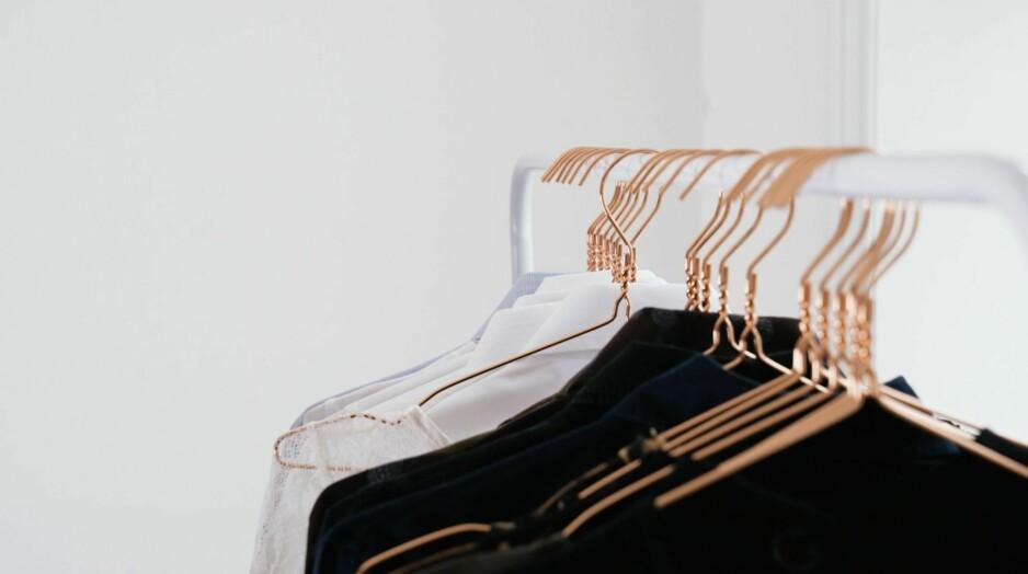 SPAR PLASS: Et klesstativ tar mindre plass enn et klesskap, og ser dessuten lekkert ut.