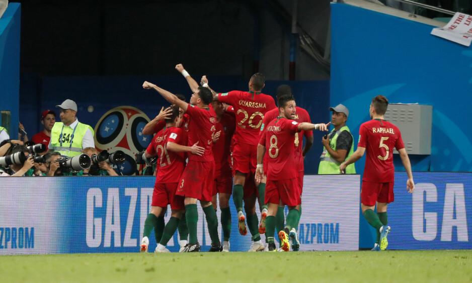 NEI; IKKE DU: João Moutinho ba lagkamerat Raphaël om å holde seg innenfor banehalvdelen mens de andre feiret. Foto: NTB Scanpix