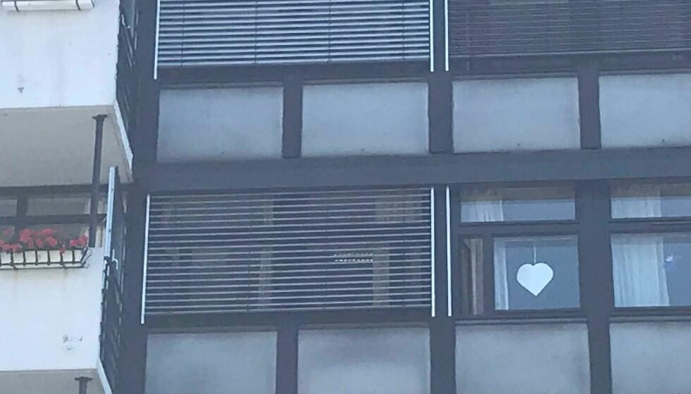 HJERTEROM: Frognerhjemmet har ikke vært pusset opp siden 80-tallet. Noen har hengt opp et hjerte i vinduet, kanskje i håp om å få bo videre. Foto: Tine Faltin