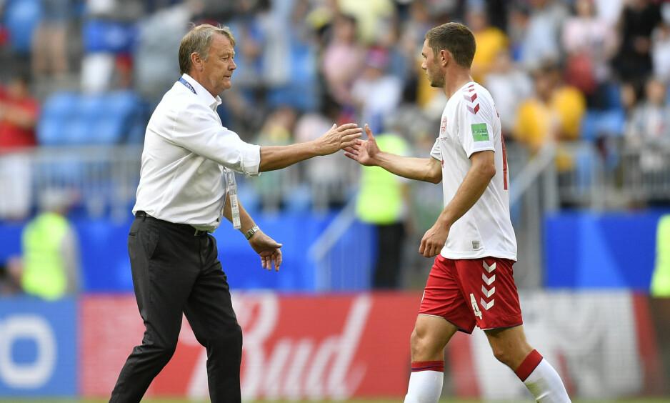 VAR-FRUSTRERT: Åge Hareide takker høyreback Martin Dalsgaard for innsatsen etter uavgjort mot Australia. Foto: AP Photo/Martin Meissner/NTB scanpix