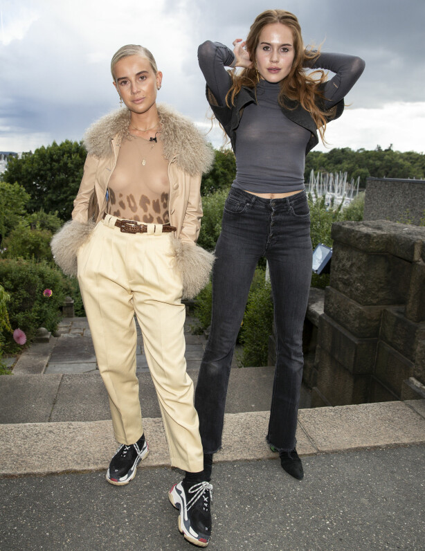 HOLDER SAMMEN: «Bloggerne»-profilene Anniken Jørgensen (t.v.) og Kristine Ullebø kom sammen på festen, og det var begges debut på den årlige sommerfesten til Universal Music. Foto: Andreas Fadum