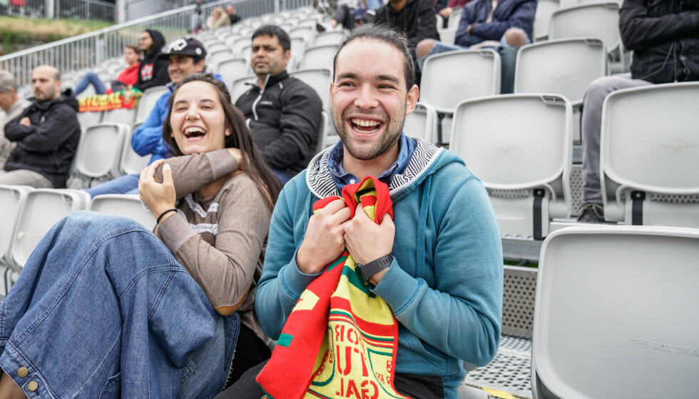VANT: Pedro Magalhàles (24) hadde satset 50 kroner på at Portugal skulle vinne og 100 kroner at Ronaldo skulle bli første målscorer i kampen mot Marokko denne uka. Han kunne juble over en liten personlig premie, og seier til landslaget sitt. Venninna Ana Olivieira forteller at hun aldri ville satset penger på sport. Foto: Øistein Norum Monsen