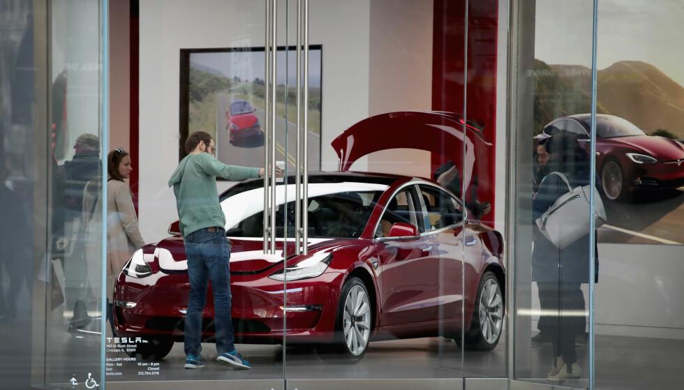 MODEL 3: Teslas Model 3 står på utstilling hos en bilforhandler i Chicago. Foto: Scott Olson / Getty Images / AFP / NTB Scanpix