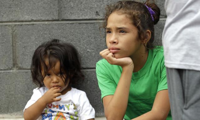 DESPERAT: Tusenvis av mellomamerikanske familier flykter i desperasjon fra voldelige gjenger og fattigdom. Foto: AP/David J. Phillip/NTB scanpix.
