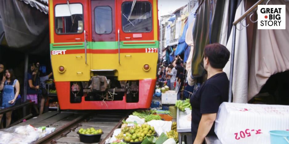 Markedet bugner over av folk - så kommer plutselig toget