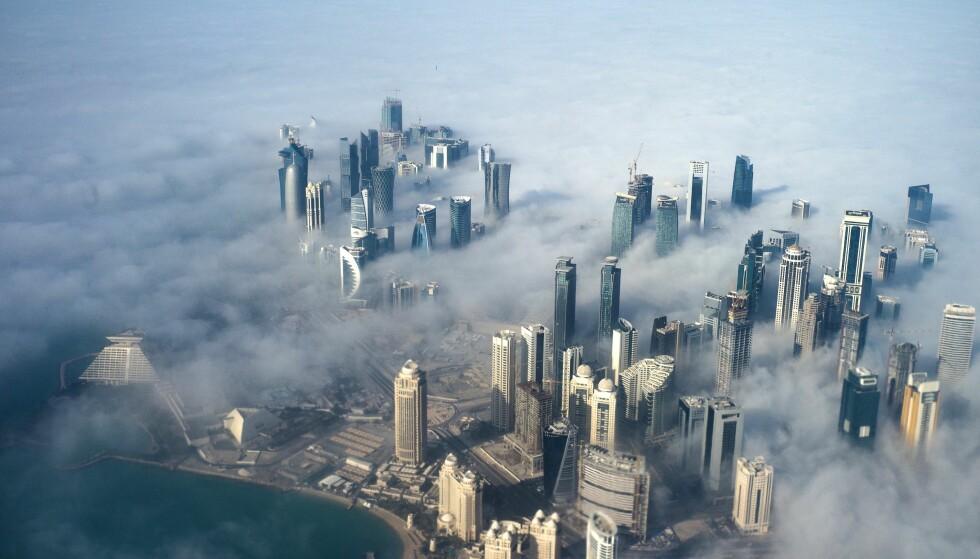 UTSATT: Qatar ligger svært utsatt til i Persiabukta, med Saudi-Arabia som sin eneste landforbindelse. De to landene er imidlertid bitre fiender, og Saudi-Arabia og en rekke andre land har boikottet Qatar i et drøyt år. Her fra hovedstaden Doha. Foto: EPA / Yoan Valat / NTB Scanpix