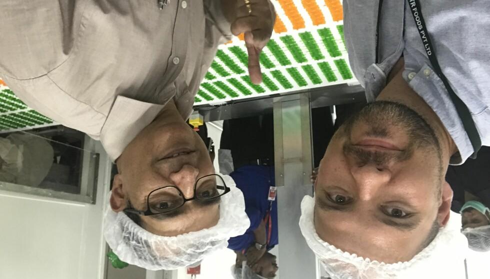 TOMMEL OPP: Den indiske delegasjonen på besøk i Norge i 2015 falt pladask for norske seigmenn. Nå går produksjonen for fullt i Bangalore. Til venstre, Øystein Karlsen Rande, fødselshjelper og produktutviklingsjef i Nidar og kollega i MTR Foods, Umakant Gupte. Foto: Orkla