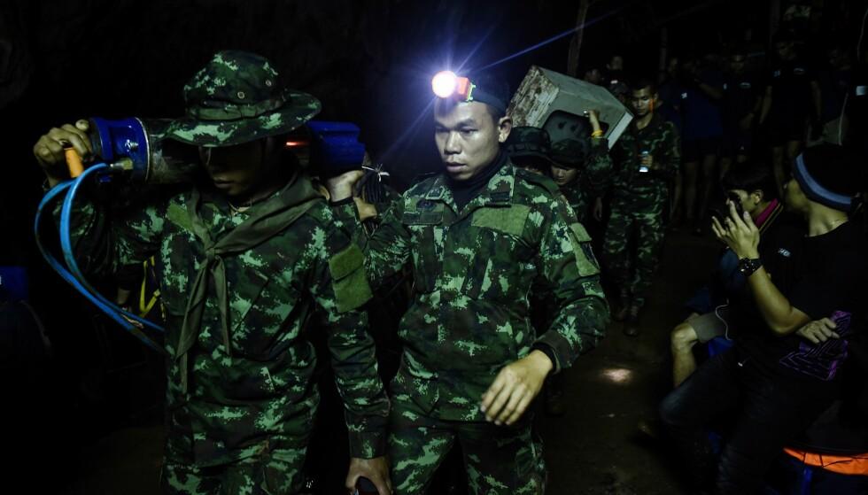 INNESPERRET I FEM DAGER: Den dramatiske redningsaksjonen etter et thailandsk guttelag som er innesperret i en grotte, måtte avbrytes i natt på grunn av kraftig regn. Foto: AFP Photo / NTB Scanpix