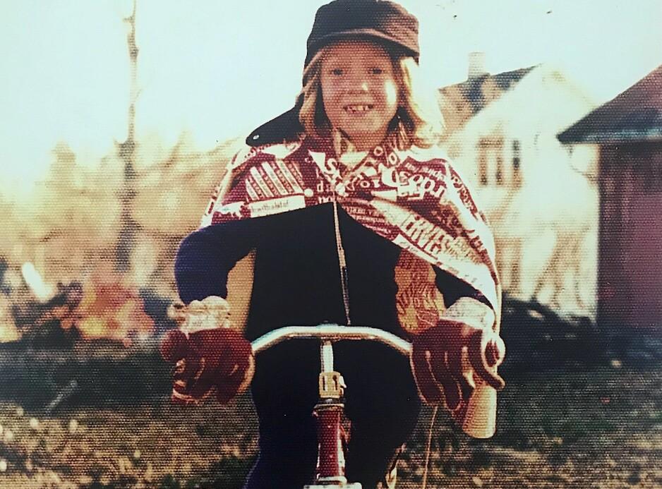 GUTTEJENTE: - Da jeg var 10 år fikk jeg fikk min første sykkel. Jeg syklet som en gal opptil flere mil om dagen i Mao Tse Tung skyggelue, arbeidshansker og ofte med et frottéhåndkle samlet i en klesklype i rundt halsen. Jeg var inspirert av Prins Valiant og Robin Hood. Foto: Privat