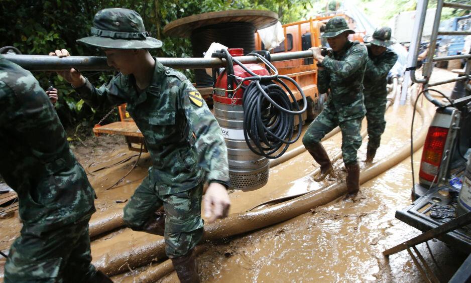 REDNINGSAKSJON: Om lag 1000 personer jobber på spreng døgnet rundt for å redde guttelaget som sitter fast inne i Tham Luang Nang Non-grotten i Chiang Rai-provinsen i Thailand. Foto: AP Photo