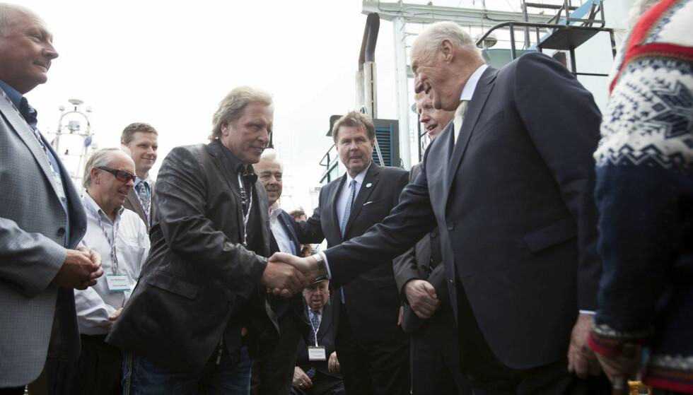 MØTTE KONGEN: Sig Hansen håndhilser på kong Harald i forbindelse med et møte i Seattle i 2015. Han er stolt av sin norske herkomst, og ville derfor på 17. mai-fest i fjor. Det gikk ikke etter planen. Foto: NTB Scanpix