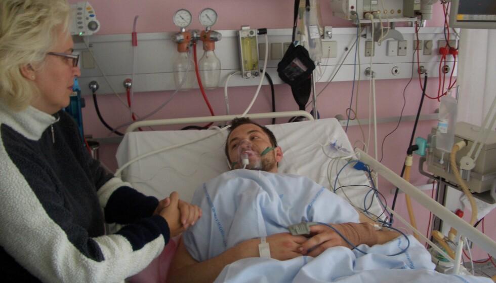 PÅ SYKEHUSET: Mor Sidsel Simensen kom til sykehuset så fort hun kunne. Her har Tom Erik Simensen akkurat våknet etter operasjonen - med begge beina kappet av. Foto: Privat