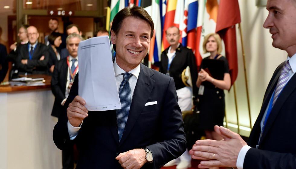 SOLIDARITET: Statsminister Giuseppe Conte med det ulne forliket fra EU-toppmøtet som han hevder vil innebære solidaritet med Italia.Foto: REUTERS / NTB Scanpix / Eric Vidal
