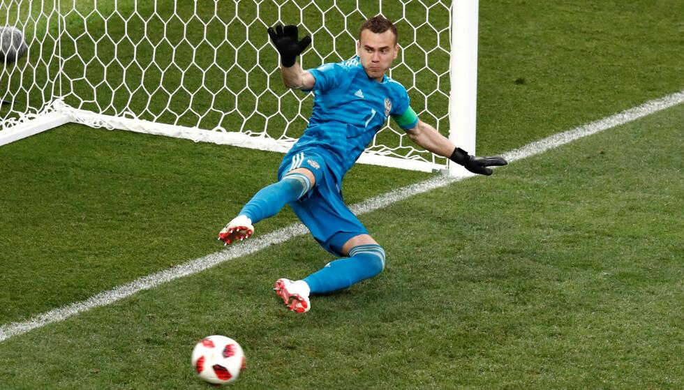 HELTEN: Igor Akinfeev reddet to straffespark. Fotballstormakten Spania er ute av VM. REUTERS/Maxim Shemetov