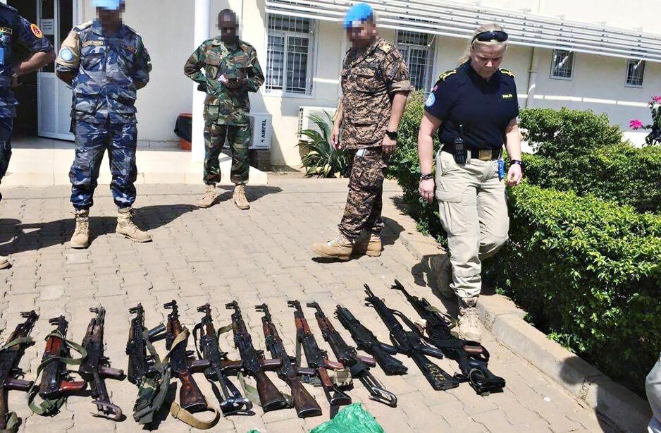BESLAG: Daglig gjør Anne Gro Mæland (t.h.) og norsk politi beslag av våpen og narkotika i flyktningleiren i Juba i Sør-Sudan. Foto: Privat