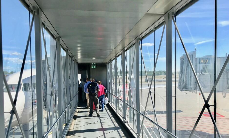 Hete opplevelser: Broen på Gardemoen kan by på varmesjokk for passasjerer som blir stående i brennhet sol i mange minutter. Foto: Odd Roar Lange/The Travel Inspector