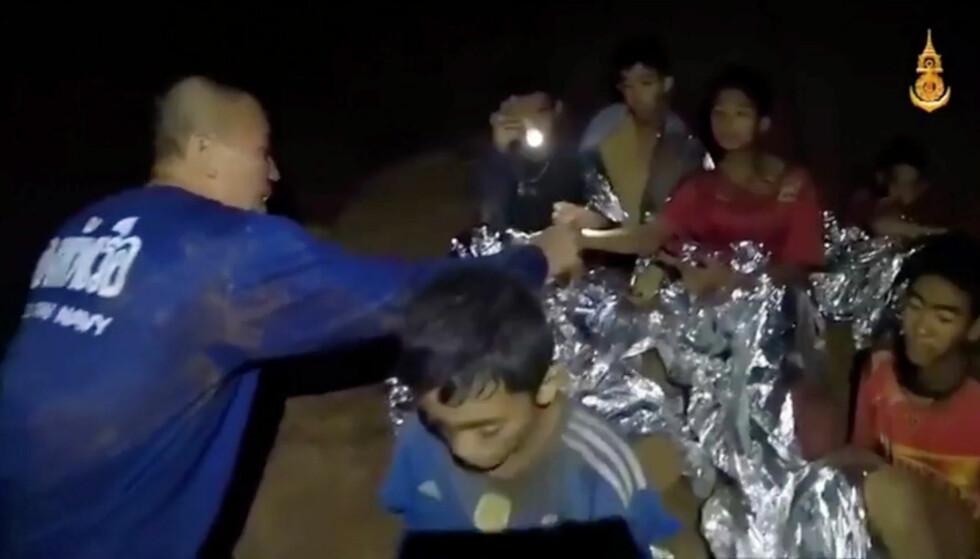 FIRE BERGET UT: Fire av de 13 guttene er nå berget ut i sikkerhet, og skal ha det etter forholdene bra. Foto: Thai Navy Seal/ Reuters / Scanpix.