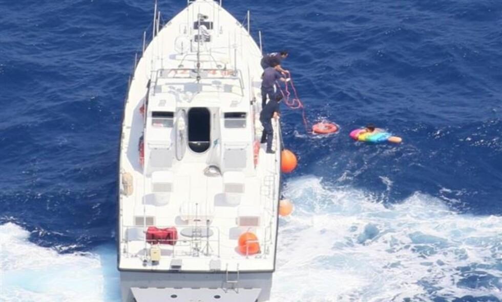 BLIR REDDET: Her blir den 55 år gamle russiske kvinnen reddet, etter å ha drevet på sjøen i 21 timer. Foto: Frontex