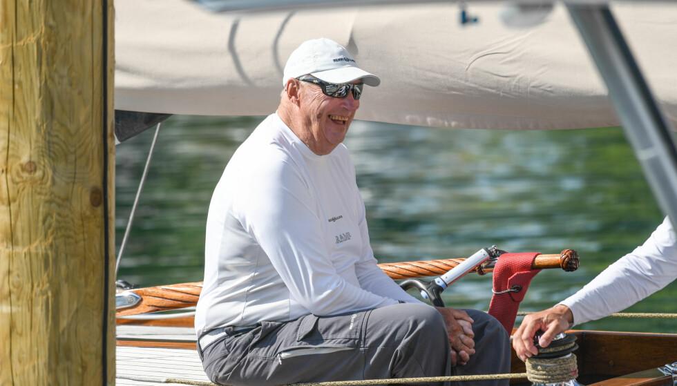 SPREK: Den siste tiden har kong Harald vært i Tyskland for seile-VM. Her om bord på Sira. Foto: NTB Scanpix