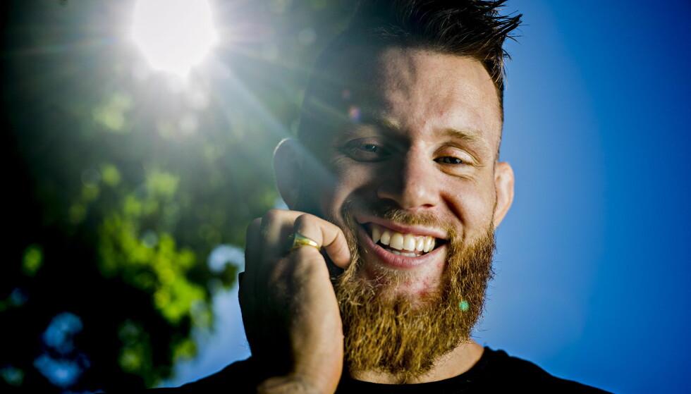 SOLA SKINNER: Emil Meek gleder seg til kampen 22. juli. Sola skinner på den norske MMA-kjempen. Foto: Bjørn Langsem