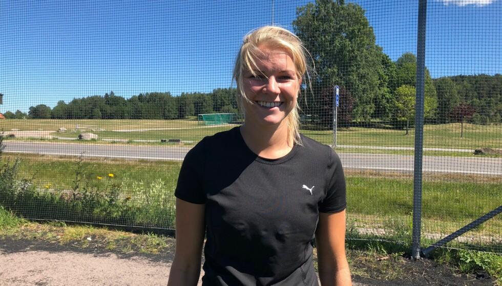 FORNØYD: Ada Hegerberg legger ikke skjul på at hun har det fint i sommersola. Foto: Marthe Ihle