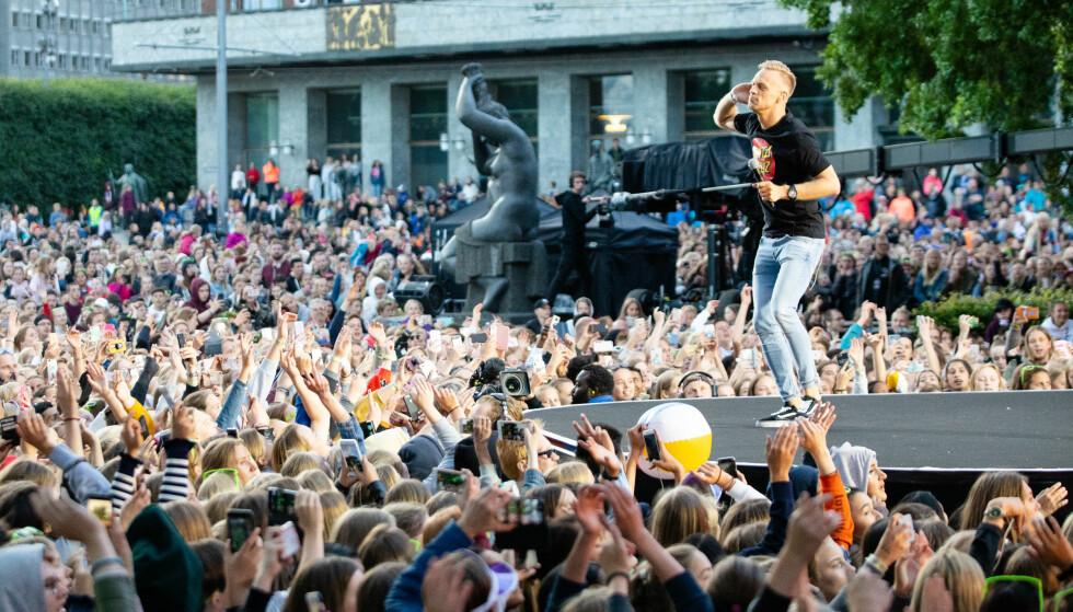 PÅ KONSERT: Norsk artist opptrer foran titusener av mennesker med en T-skjorte fra et skatemerke sist observert i 2006. Foto: Audun Braastad / NTB Scanpix