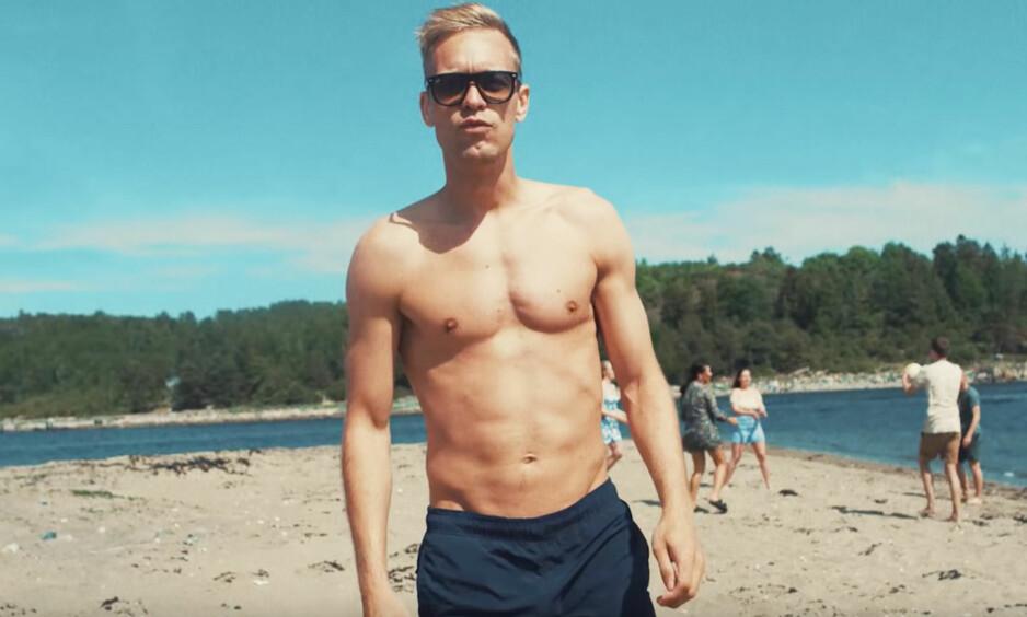 SOMMERKROPPEN: Mads Hansen koser seg på stranda med sigg og snus. Det burde flere gjøre i sommer. Skjermdump: YouTube