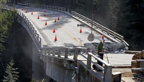 RASTE SAMMEN: Uværet i 2017 gikk hardt utover Highway 1. Blant annet raste denne brua i Big Sur sammen. Foto: NTB Scanpix