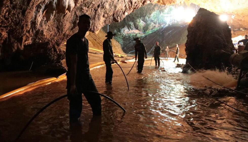 PUMPET UT VANN: I flere dager har det blitt jobbet med å pumpe vann ut av grottekomplekset.