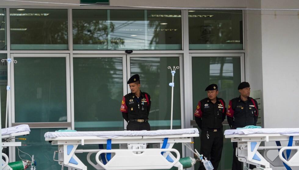 SYKEHUS: Politiet har stått vakt utenfor sykehuset i Chiang Rai. Foto: Ye Aung Thu / AFP / Scanpix