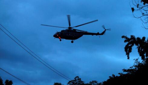 HELIKOPTER: Utenfor inngangen til grottekomplekset står flere helikoptre klare. Foto: Soe Zeya Tun / reuters / Scanpix