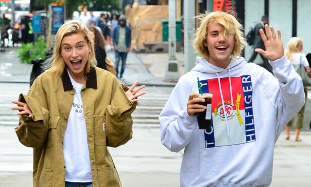 SMILER TIL FOTOGRAFENE: Hailey Baldwin og Justin Bieber gjorde ikke noe for å gjemme seg da fotografer dukket opp på gata i New York nylig. Foto: NTB Scanpix