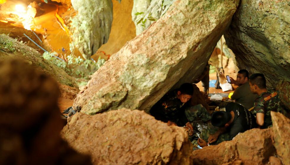 HJELPEN KOM: Det har vært mange utfordringer i redningsarbeidet for å få ut guttene og fotballtreneren. Grottene er smale, oversvømt og veldig lang. Foto: Tyrone Siu / Reuters / NTB Scanpix