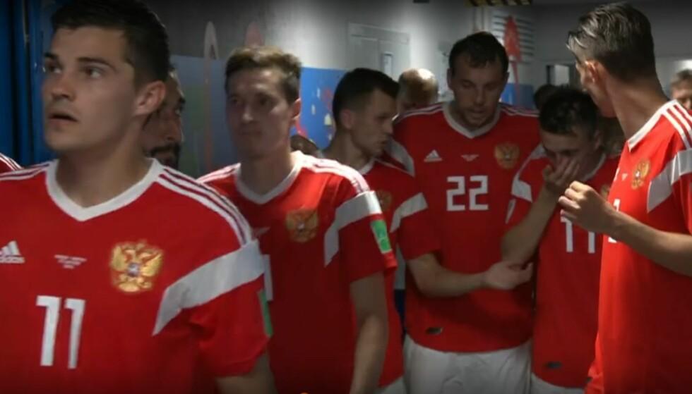 BOMULLSDOTTER I HENDENE: De russiske spillerne puster inn ammoniakk fra en bomullsdott i spillertunnelen. Skjermdump med tillatelse fra TV 2