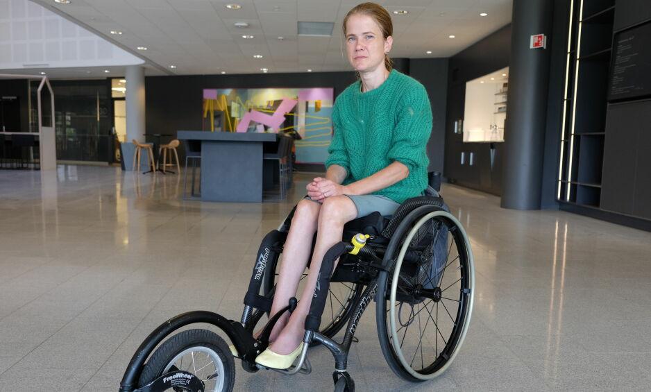 FORBIKJØRT: Anna-Maja Helgesdotter Andersen har sett seg lei på at kollektivtransporten i Oslo kjører fra eller rett forbi rullestolbrukere. Foto: Marte Klausen.