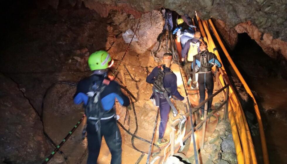EKSPERTISE: Til sammen 90 spesialdykkere har deltatt i redningsoperasjonen. 50 av disse er utenlandske dykkere, mens 40 kommer fra Thailand Foto: Royal Thai Navy / AFP / NTB Scanpix