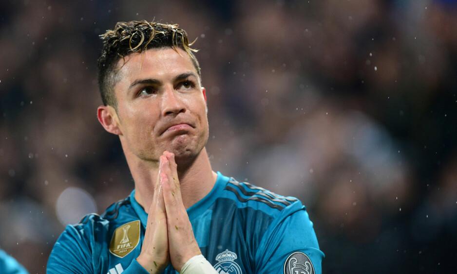 STORT ØYEBLIKK: Her takker Cristiano Ronaldo etter å ha blitt hyllet av Juventus-fansen som Real Madrid-spiller. Foto: Massimo Pinca / Reuters / NTB Scanpix