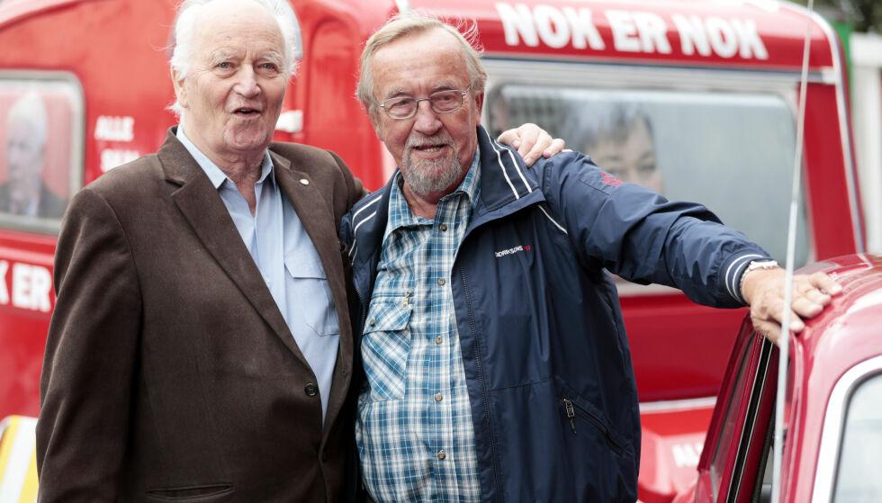 KOLLEGER OG VENNER: Thorvald Stoltenberg og Yngve Hågensen på Youngstorget i Oslo 21. august i fjor i forbindelse med Stortingsvalget 2017. Foto: Lise Åserud, NTB Scanpix.